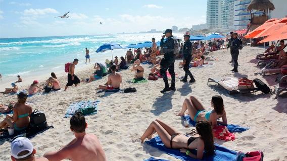 Playa-con-policias